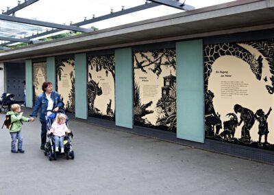 Eingang im Zoo. Die neuen Schauftafeln mit Schattenrissbildern im Eingangsbereich der Wilhelma zwischen Parkhaus und Hauptkassen